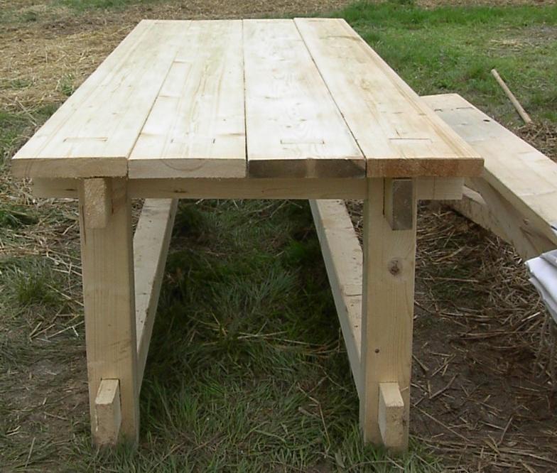 ein mittelalterlicher tisch und dazu passende bänke, Esstisch ideennn
